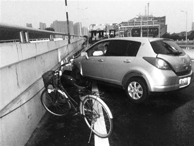 南京一男子骑车来为出车祸朋友顶包 自行车露了馅