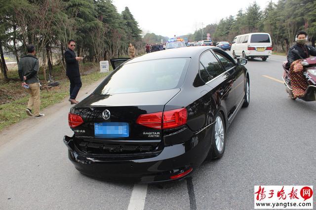 """女司机开""""奔驰""""走神 驶入对方车道致4人受伤"""