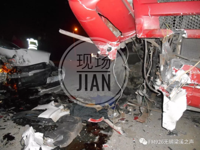 无锡一辆奥迪猛烈撞击大货车 导致一死一伤