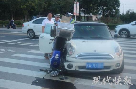"""摩托车撞上小轿车 摆出高难度""""倒插葱""""姿势"""