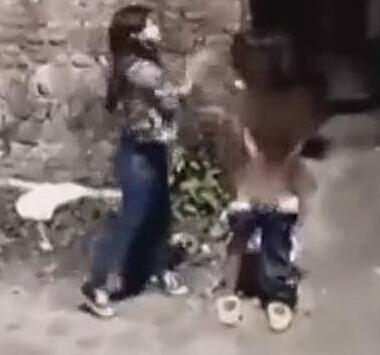 女生衣服被扯掉好处毒打打人者甚至踹女生下平板的女生初中图片