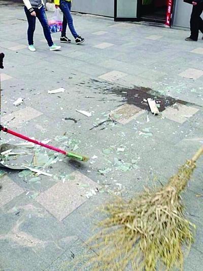 南京新街口大厦窗玻璃坠落 楼下路人险被砸
