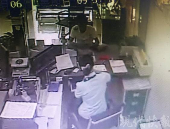 镇江一男子捡到银行卡和身份证冒充卡主取走6万元