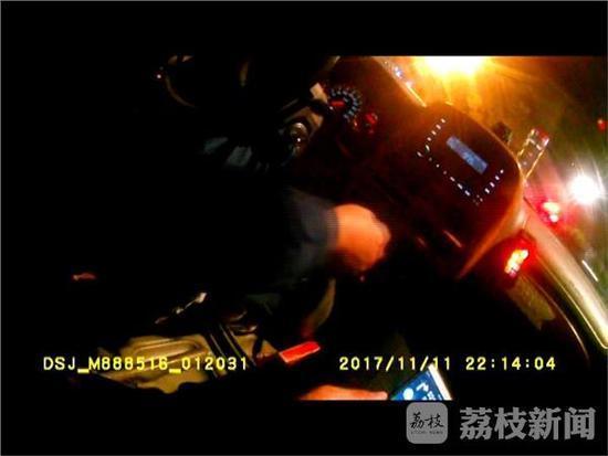 外地儿童硬币卡喉 南京交警一路开绿灯送急救
