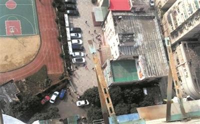 旧空调拆卸不规范 空调外机23楼掉下险砸女童