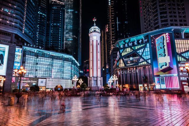 解放碑作为重庆的标志性建筑物,是外地人来重庆的必打卡的地标.