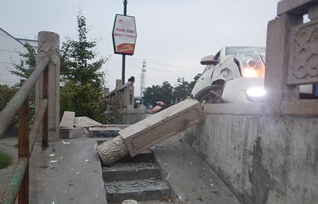 苏州一男子酒驾撞断数根石柱离醉驾只差1毫克