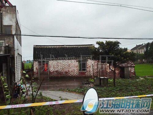 家住如皋市江安镇江安村19组的一位村民,冒雨来到同组村民徐某家中