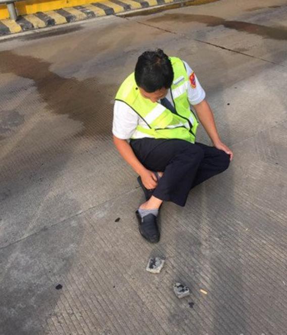 货车开到徐州一收费站突然爆胎 碎片击中收费员