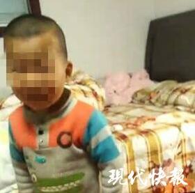 男子抱2岁幼子路边发酒疯 醒酒后把娃丢派出所