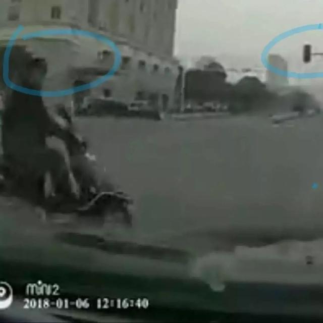 泰州一男钻孔子闯红灯撞70多万豪车 事后后悔不已