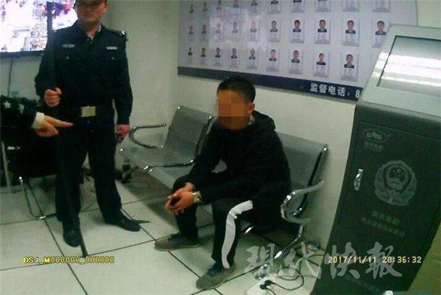 姑娘地铁站被咸猪手骚扰 当场踢膝盖制止并报警