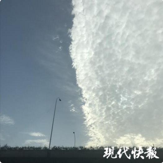 蓝天白云形成一条分割线 无锡天空今晨上演景观大片