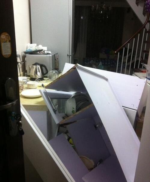 橱柜才装了3个月就掉下来砸坏电器 业主无处索赔