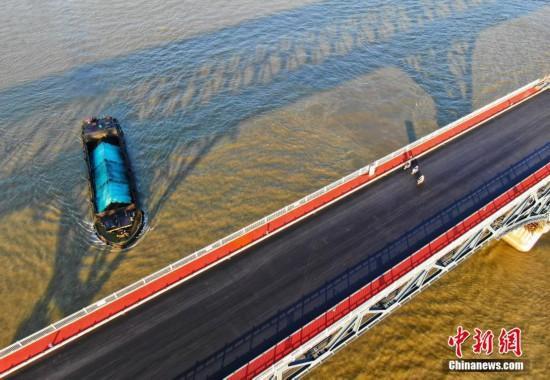 南京长江大桥主桥摊铺沥青崭露新颜