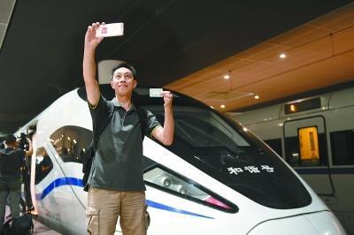 香港高铁开通首日逾7.5万人次通关