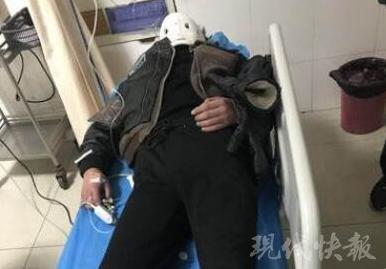 救护车路遇男子晕倒 车上患者:担架让给你