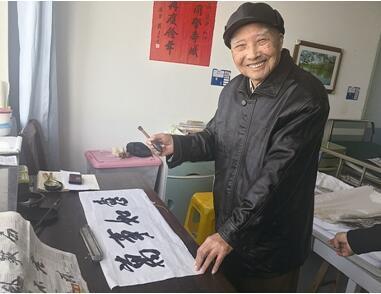 泰州94岁中风老人每天坚持练习书法重获健康