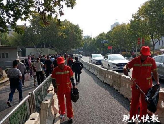假期南京总统府周边清出100吨垃圾 每日量是平时的7倍