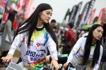 南京街头美女骑自行车