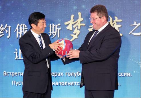 皮利普丘克回赠俄罗斯世界杯签名足球