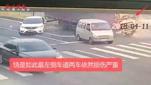 大货路口刹车失灵 司机紧急规避两小车躲过一劫