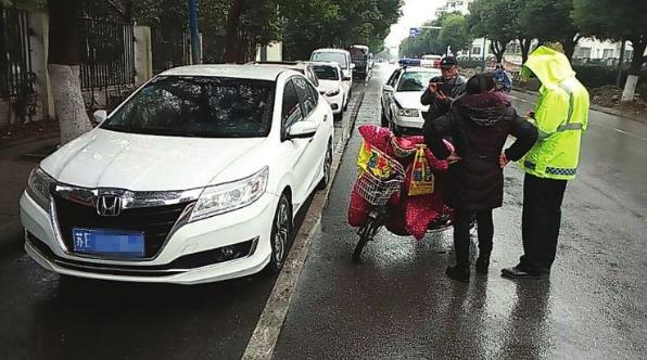 路边停车司机开门 骑车人被撞倒地受伤