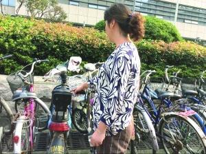 南京一市民医院门前苦守11小时 抓住偷包人