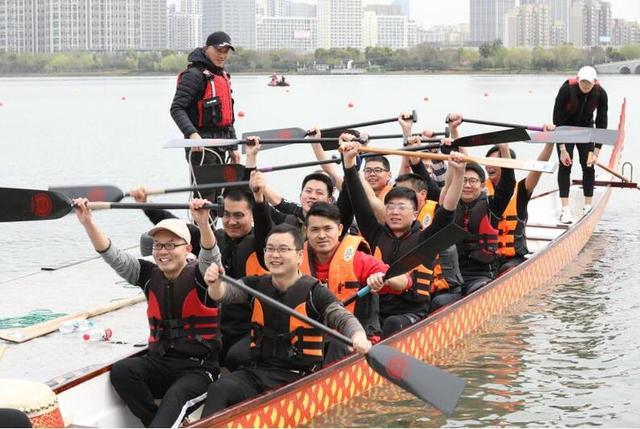 苏州市龙舟团体赛在石湖举行