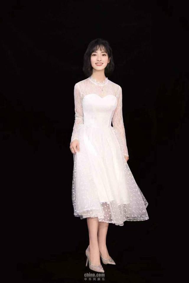10月27日,在2018百度娱乐人物沈月专场的颁奖现场,沈月身穿白色纱裙