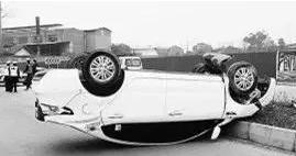 苏州一男子开新车如此疯狂 监控记录惊险一幕
