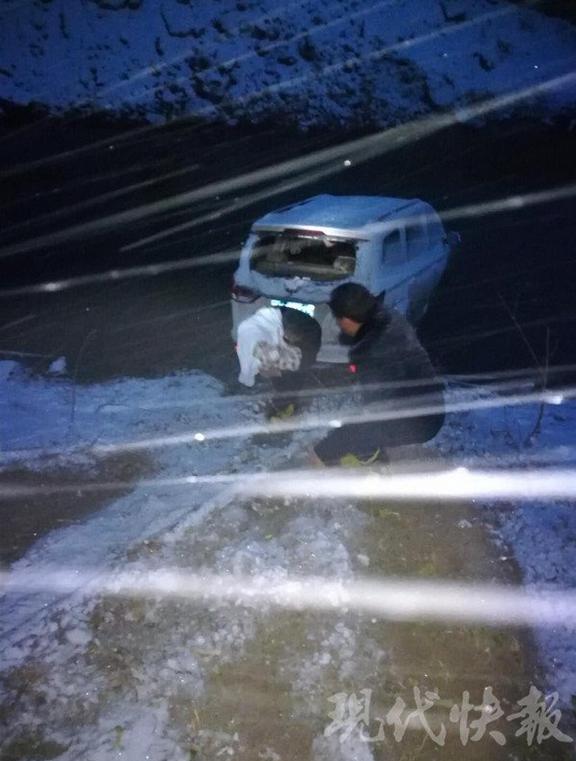 宿迁一面包车失控翻入冰河 母女被困民警跳河救人