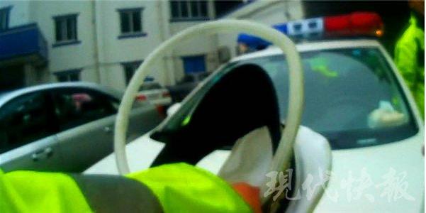 南通一男子违停汽车拒绝检查 将交警顶出20米