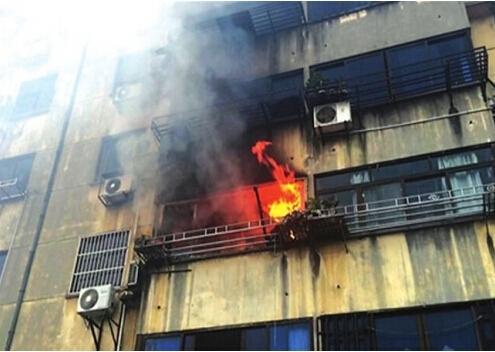 苏州一小区居民家中被烧 当心空调积灰太多起火