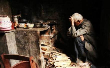 农村老人平静自杀:喝农药上吊投河比亲儿子可靠