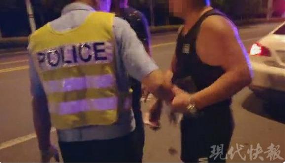 镇江一酒驾司机被查后 两次塞钱给民警遭拒