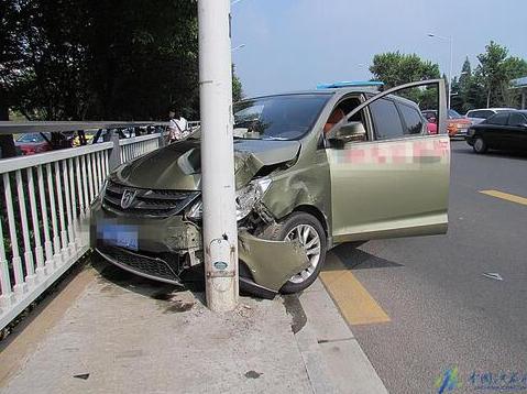 南京一轿车撞中央绿岛 紧急避让时又撞上SUV