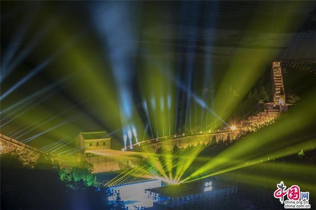 璀璨夜长城金山岭 流光溢彩盛世中华巨龙舞