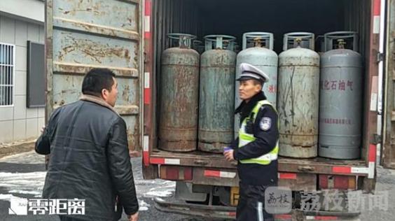 """报废钢瓶藏在箱式货车里运输 移动""""定时炸弹"""""""