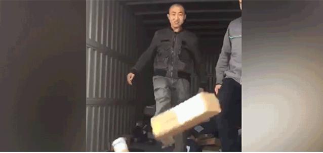 """盐城调查快递""""脚踢卸货"""" 货物若有损毁企业需赔偿"""