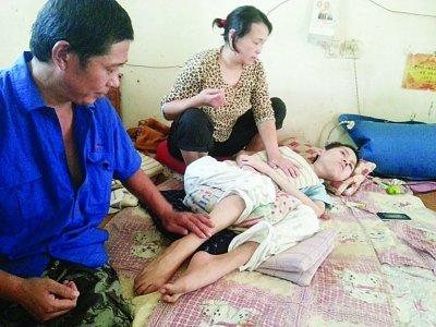 儿子患绝症无法呼吸 父母轮流为他按压3年