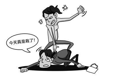 小偷碰到女汉子遭暴打跳楼逃命 左胸右手被划
