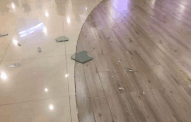 淮安一醉酒男子从商场二楼坠落 遗留一地血迹和玻璃