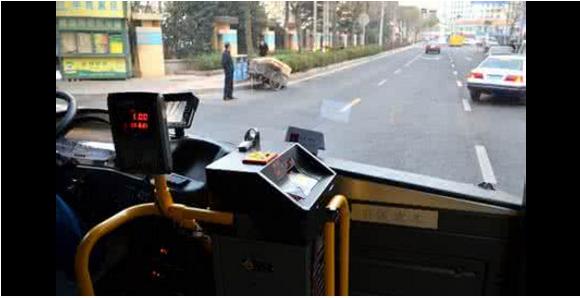 女子坐公交不给钱还诡辩 男童怒怼全车人点赞