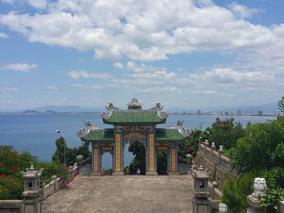 去越南岘港坐世界最长缆车看粉红色教堂