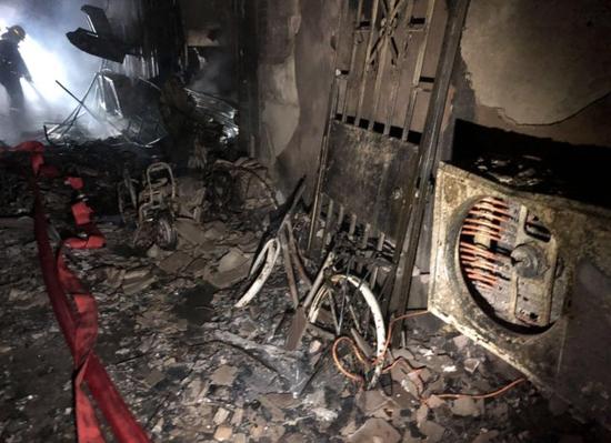 江苏一车棚起火 火势迅速蔓延多户居民家中被烧
