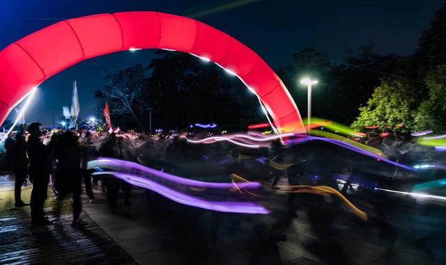 镇江国际马拉松之荧光环保跑燃动全城