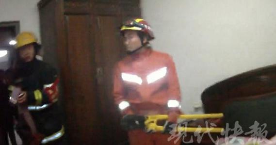 镇江12岁女孩跳楼被卡在晾衣架 被救反埋怨消防