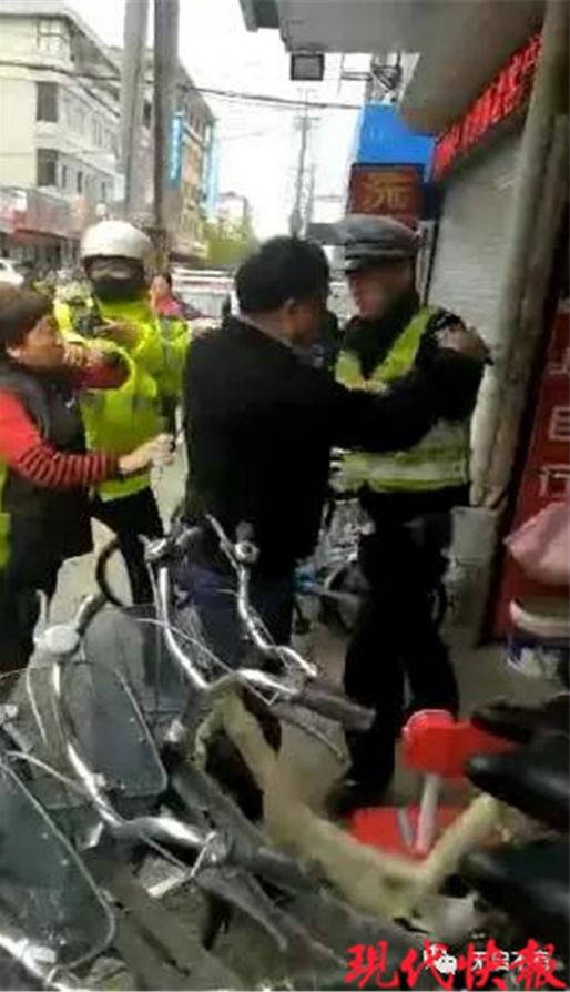 南通一对夫妻非法占用公共车位 还对民警连骂带踢