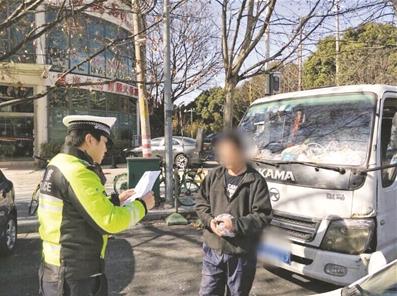南京一小贩占道卖水果 成此类违法被拘第一人